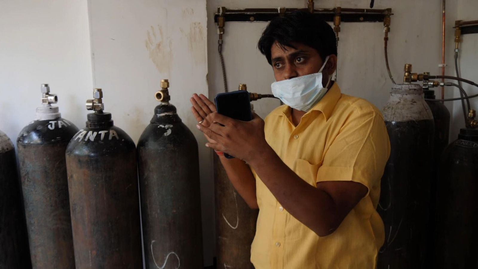 COVID-19: Police Raid Indian hospital And Accuse Doctors Of Hoarding Much Needed Oxygen Supplies